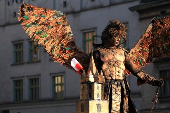 Amuseur public déguisé sur la place du marché à Cracovie (Pologne) ©Bertrand Lemeunier