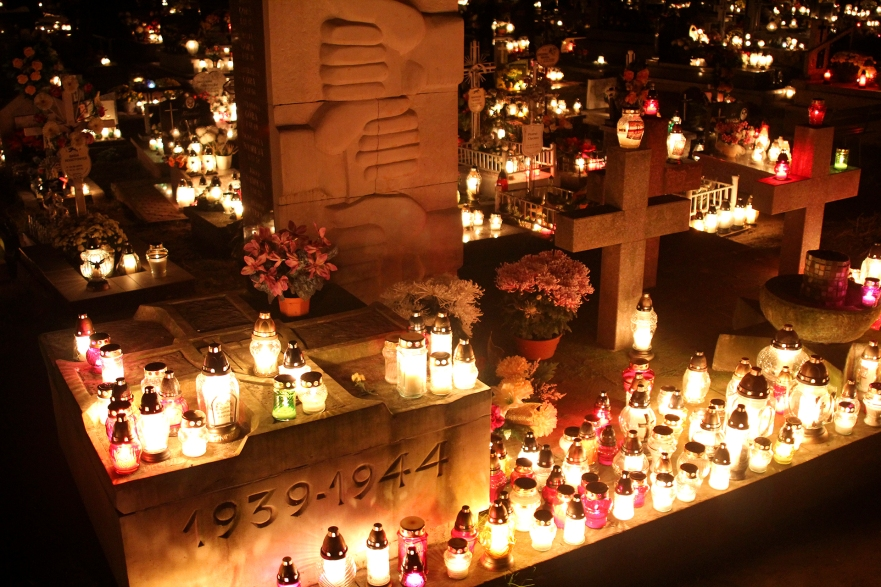1er Novembre en Pologne - Commémoration nocturne avec des centaines de bougies dans les cimetières ©Bertrand Lemeunier