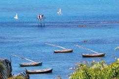 Bateau et cabane à la magnifique baie de Redonda (Ceara, Brésil) ©Bertrand Lemeunier