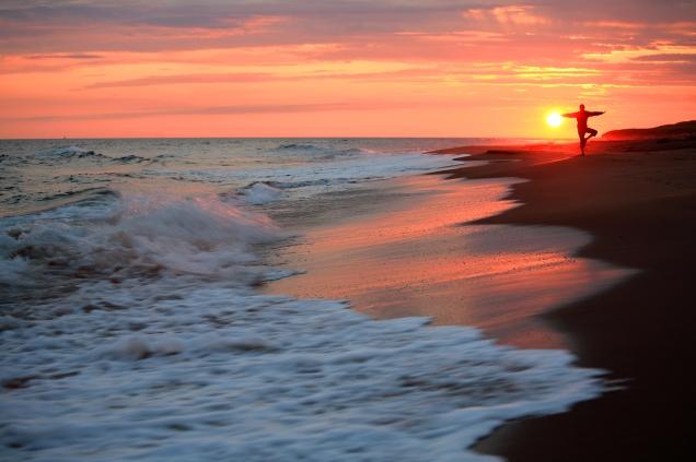 Plage de Kegaska au coucher du soleil - Silhouette en équilibre - Expédition de 200 km en kayak de mer (Basse Côte Nord, Québec, Canada) ©Bertrand Lemeunier