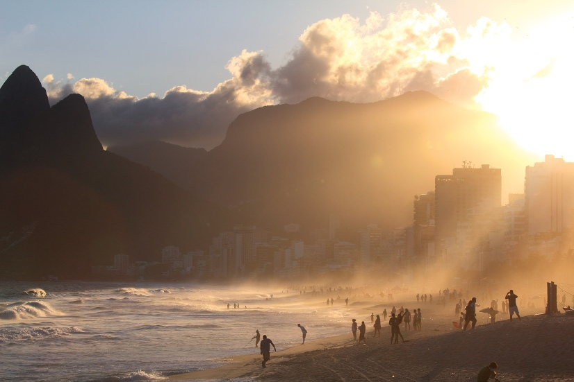 Coucher de soleil à la plage d'Ipanema tandis que les Cariocas profitent des joies de l'océan (Rio de Janeiro, Brésil) ©Bertrand Lemeunier