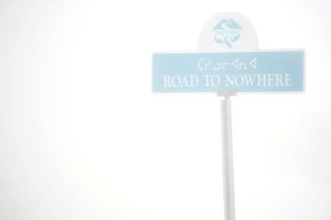 """Panneau de circulation """"la route qui ne mène nulle part"""" à Iqaluit (Nunavut, Canada) ©Bertrand Lemeunier"""