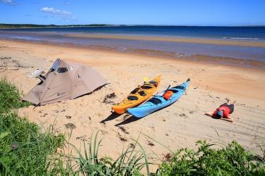 Camping sur une plage lors de notre expédition de 200 km en kayak de mer (Basse Côte Nord, Québec, Canada) ©Bertrand Lemeunier