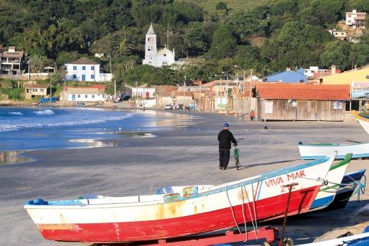 Ville de Garopaba - Bateaux et cycliste sur la plage (Santa Catarina, Brésil) ©Bertrand Lemeunier