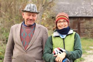 Sympathique passant dans la rue posant pour la photo avec Vanessa (Pologne) ©Bertrand Lemeunier