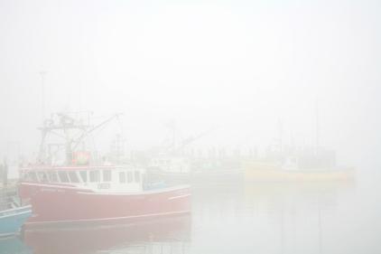 Brume dans un petit port de pêcheurs (Nouveau Brunswick, Canada) ©Bertrand Lemeunier