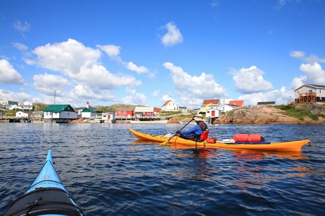 Expédition de 200 km en kayak de mer - Notre arrivée au village d'Harrington Harbour (Basse Côte Nord, Québec, Canada) ©Bertrand Lemeunier