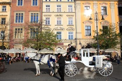 Calèche à la place du marché à Cracovie (Pologne) ©Bertrand Lemeunier
