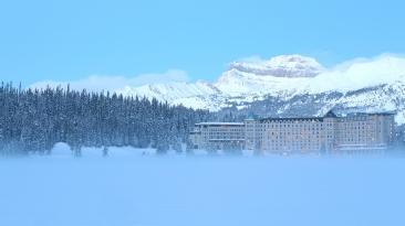 Château du Lac Louise au coeur des Montagnes Rocheuses - vue depuis le lac gelé ©Bertrand Lemeunier