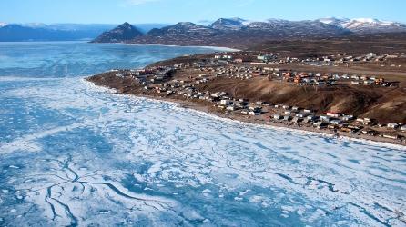 Vue depuis un hélicoptère du village de Pond Inlet avec la banquise (Nunavut, Canada) ©Bertrand Lemeunier