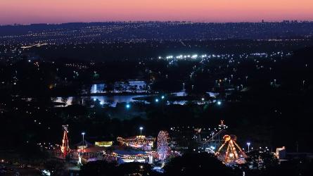 Vue nocturne depuis la tour de la télévision - lumières et parc d'atraction dans la capitale du Brésil (Brasilia, Brésil) ©Bertrand Lemeunier