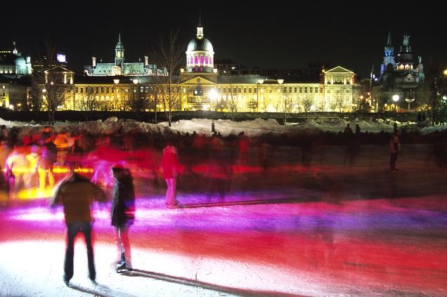 Foule de nuit à la patinoire extérieure devant le Marché Bonsecours en hiver (Montréal, Québec, Canada) ©Bertrand Lemeunier