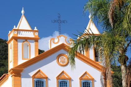 Église jaune et palmiers sur l'île de Santa Catarina (Brésil) ©Bertrand Lemeunier