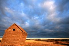 Lever du soleil et cabane croche dans un champs (Les Prairies, Saskatchewan, Canada) ©Bertrand Lemeunier