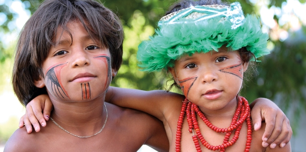 Peinture traditionnelle sur les visages d'enfants indigène de la tribu Pataxó (Barra Velha, Bahia, Brésil) ©Bertrand Lemeunier