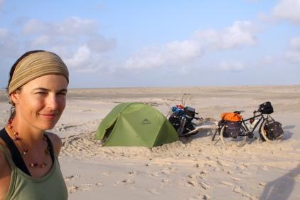 """Camping à la plage de Paulino Neves après bien des difficultés dans le sable avec nos vélos dans le magnifique """"Parque Nacional dos Lençóis Maranhenses"""" (Maranhao, Brésil) ©Bertrand Lemeunier"""