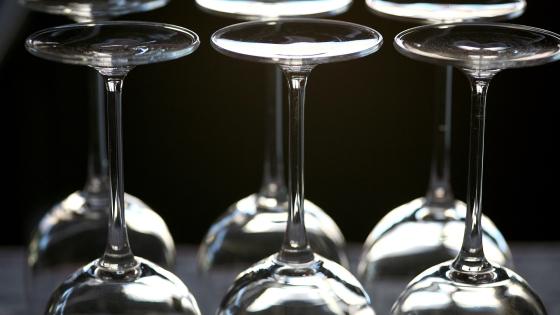 Jeux de lumières et détails des verres à vin d'un restaurant (Québec, Canada) ©Bertrand Lemeunier