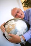 Portrait de l'explorateur Bernard Voyer avec un globe terrestre (Montréal, Québec, Canada) ©Bertrand Lemeunier