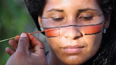 Peinture traditionnelle sur le visage d'Anaru, une femme indigène de la tribu Pataxó (Barra Velha, Bahia, Brésil) ©Bertrand Lemeunier