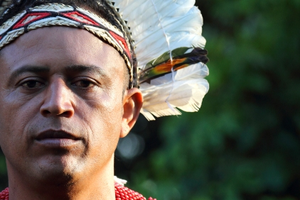 Peinture traditionnelle sur le visage de Paty, un homme indigène de la tribu Pataxó (Barra Velha, Bahia, Brésil) ©Bertrand Lemeunier