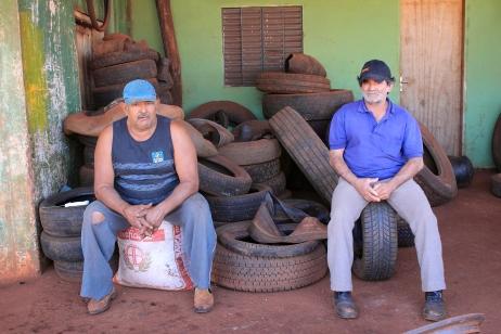 Portraits de travailleurs dans un garage de pneus au Brésil ©Bertrand Lemeunier