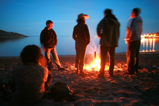 Fin de soirée musicale autour d'un feu sur la plage de Tadoussac (Québec, Canada) ©Bertrand Lemeunier