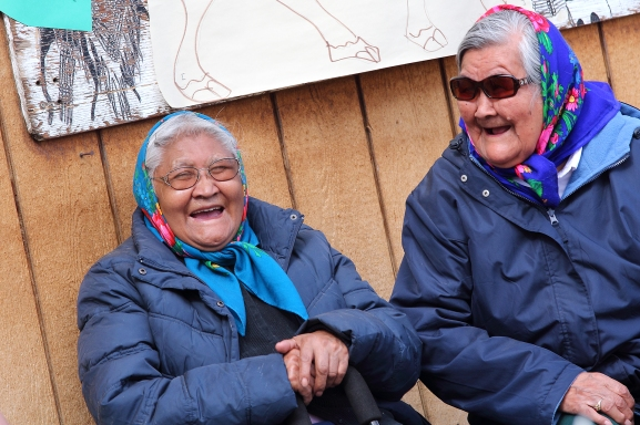 Moment de complicité entre deux femmes autochtones du peuple Gwich'in (Old Crow, Nord du Yukon, Canada) ©Bertrand Lemeunier