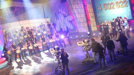 Spectacle de percussions à la télévision par l'école Samajam lors d'une collecte de fonds pour une fondation (Montréal, Québec, Canada) ©Bertrand Lemeunier