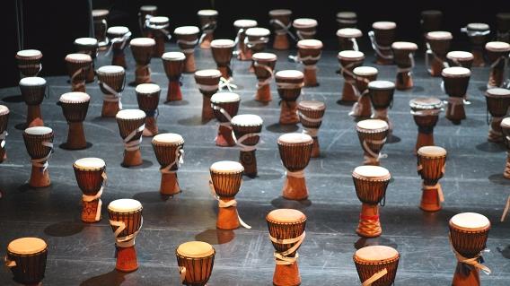 Série de tam tams alignés avant un spectacle de percussions par l'école Samajam (Montréal, Québec, Canada) ©Bertrand Lemeunier