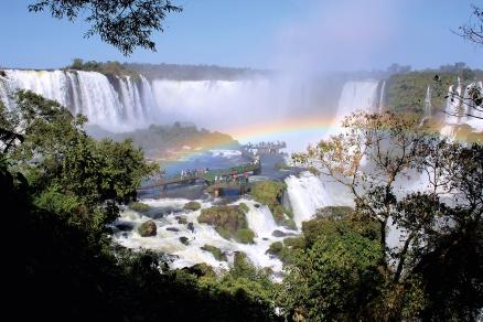 Paysage et foule aux chutes d'Iguazu, site du Patrimoine mondial de l'UNESCO (Paraná, Brésil) ©Bertrand Lemeunier
