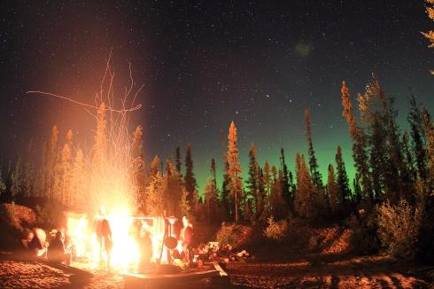 Feu de joie et aurores boréales lors de la Corvée des Monts Groulx (Québec, Canada) ©Bertrand Lemeunier