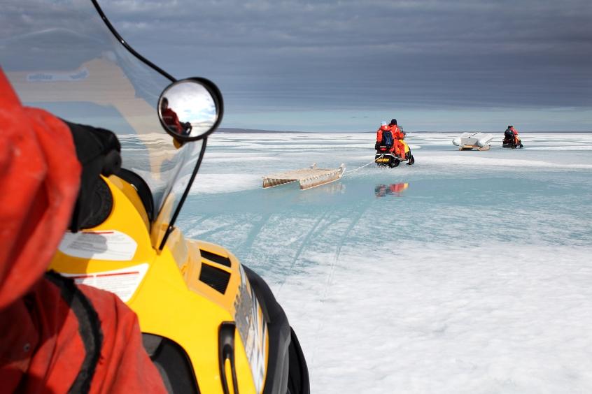 Scientifiques sur la banquise en motoneiges (Resolute Bay, Nunavut, Canada) ©Bertrand Lemeunier