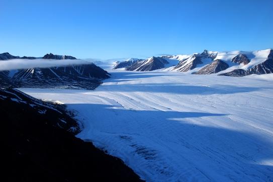 Glaciers et montagnes vue depuis un hélicoptère (Île de Bylot, Nunavut, Canada) ©Bertrand Lemeunier