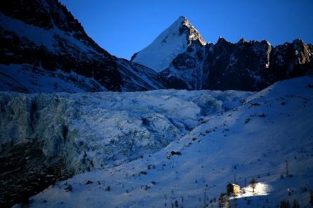 Derniers rayons du soleil sur un refuge de montagne, Massif du Mont Blanc (Chamonix, France) ©Bertrand Lemeunier