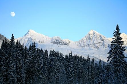Quelques kilomètres après le Col de Rogers en hiver, lever de lune au coeur des Montagnes Rocheuses (Colombie Britannique, Canada) ©Bertrand Lemeunier