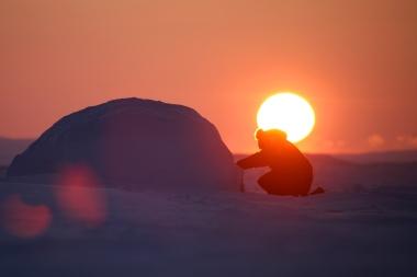 Igloo et silhouette aux derniers rayons du soleil sur la banquise près d'Iqaluit (Nunavut, Canada) ©Bertrand Lemeunier