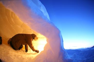 """Intérieur d'un igloo sur la banquise près d'Iqaluit pendant """"l'heure bleue""""(Nunavut, Canada) ©Bertrand Lemeunier"""