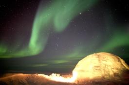 Moment inoubliable avec la danse des aurores boréales au dessus de notre igloo (banquise près d'Iqaluit, Nunavut, Canada) ©Bertrand Lemeunier