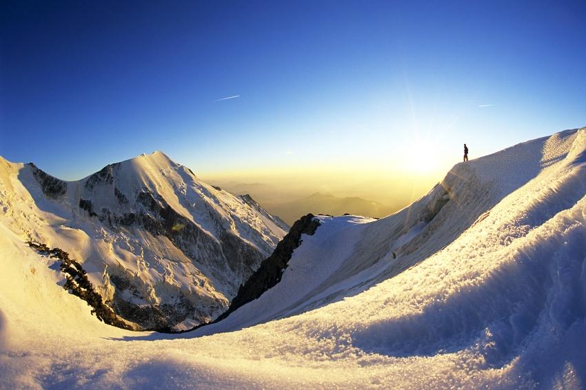 Coucher de soleil au Dôme du Goûter à 3800m, Massif du Mont-Blanc, France©Bertrand Lemeunier