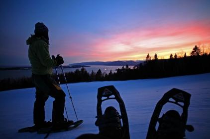 Randonnée hivernale en raquettes au coucher de soleil (Les Éboulements, Charlevoix, Québec) ©Bertrand Lemeunier