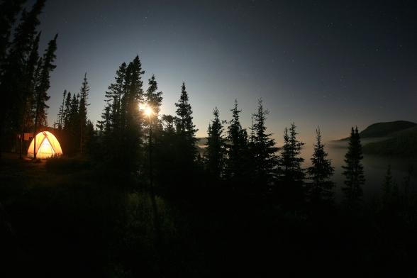 Camping et lever de lune au lac Arthabaska dans le Parc National des Grands Jardins (Charlevoix, Québec) ©Bertrand Lemeunier