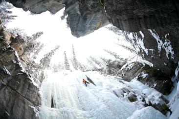Escalade de glace dans le canyon Maligne, (Alberta, Canada) ©Bertrand Lemeunier