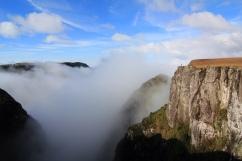 Silhouette et canyon Monte Negro dans la brume (Rio Grande Do Sul, Brésil) ©Bertrand Lemeunier