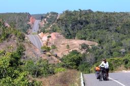 Route des cocotiers à vélos (ligne verte-BA-099) avant d'arriver dans la ville de Salvador (Bahia, Brésil) ©Bertrand Lemeunier