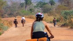 Traversée à vélo des montagnes de Bodoquena - chemin de terre et gauchos à chevals (Mato Grosso do Sul, Brésil) ©Bertrand Lemeunier