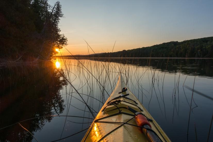 Coucher de soleil en kayak au lac St-Jean près du village de Sainte Rita ©BertrandLemeunier