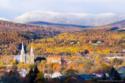 Paysage d'automne et église de Baie-St-Paul, Charlevoix (Québec, Canada) ©Bertrand Lemeunier