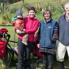 """Péninsule Otago, première journée sur deux roues en Nouvelle-Zélande. Vent de face intense, brouillard, pluie et en plus, nous prenons la """"highcliff road"""" relativement montagneuse disons. Bref, après 15 km en 4 h, nous rencontrons Lise et Graham pour leur demander de l'eau. Finalement, ils nous offrent généreusement de rester dans une petite maison à côté de chez eux. Un petit paradis à l'abri du vent, avec des jeux d'enfants pour Léo sans parler de la superbe vue. En plus, un cadeau pour notre diner avec 6 oeufs frais !! Merci beaucoup à Lise et Graham !!"""