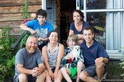 Au Québec, il y a quelques mois, nous avons accueilli Ève chez nous alors qu'elle voyageait à vélo au Canada. Finalement, c'est maintenant son tour de nous recevoir à Alexandra (Otago) chez elle avec sa généreuse famille. Merci beaucoup ! De gauche à droite : Alister, Jude, Ève, Timothy, Elza et Oli