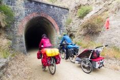 Traversée d'un tunnel à vélo - Otago Central Rail Trail